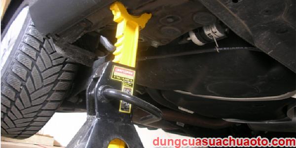 Sử dụng mễ kê nâng xe