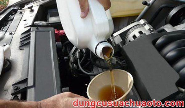 Thay cốc lọc dầu cho xe